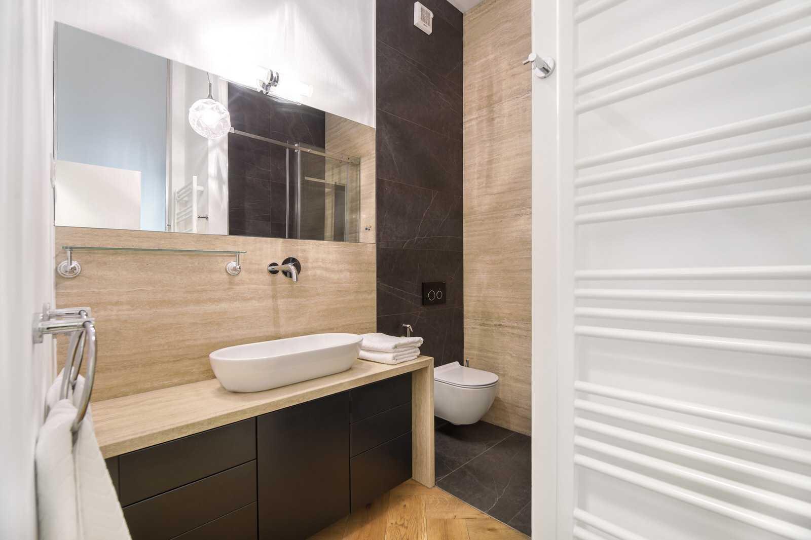 Ljubljana 2-bedroom Bethovnova apartment's en-suite bathroom in the master bedroom