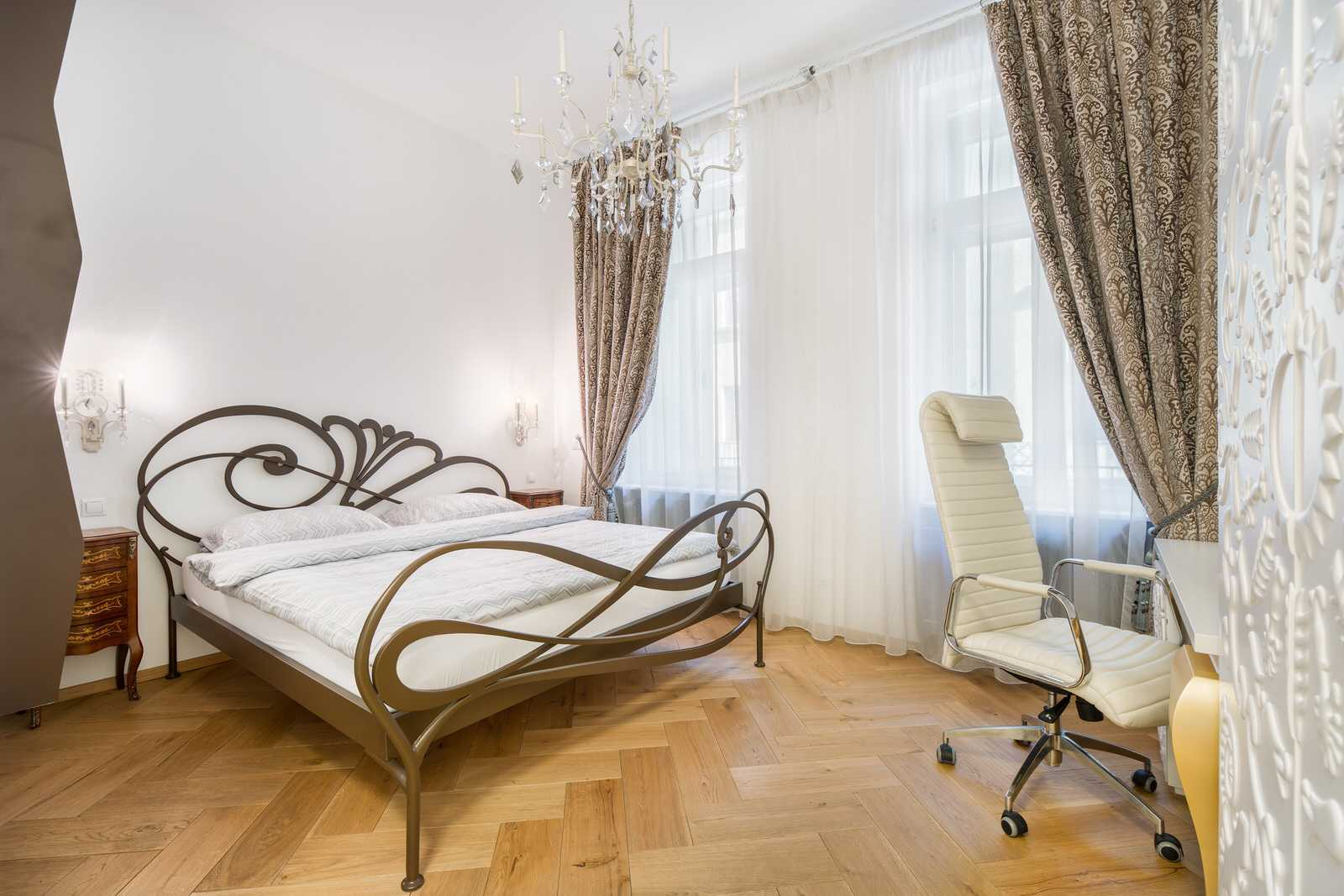 Ljubljana 2-bedroom Beethovnova apartment's master bedroom with working desk and an office chair