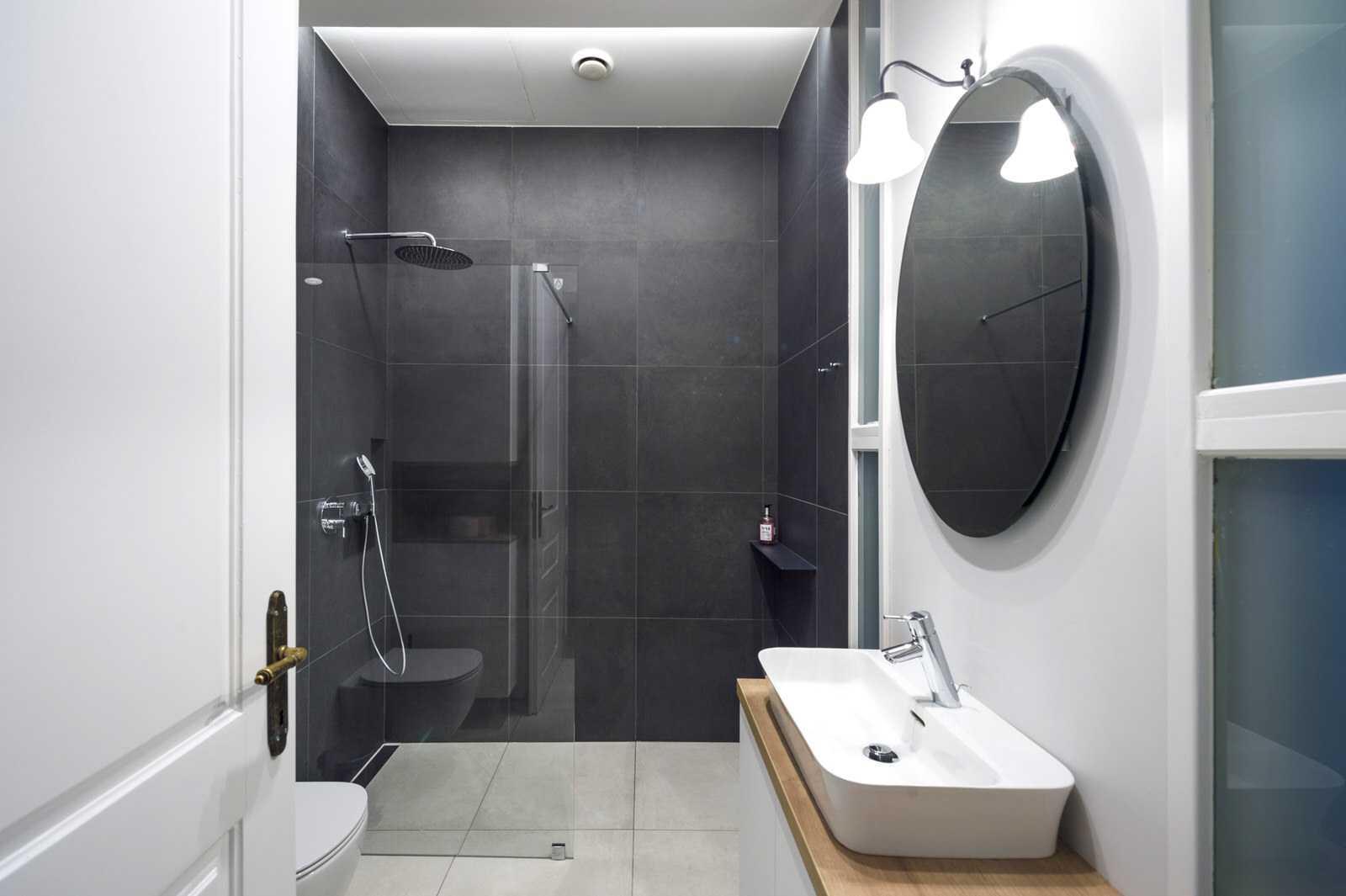 Ljubljana rental apartment bathroom, with stand-up glass shower