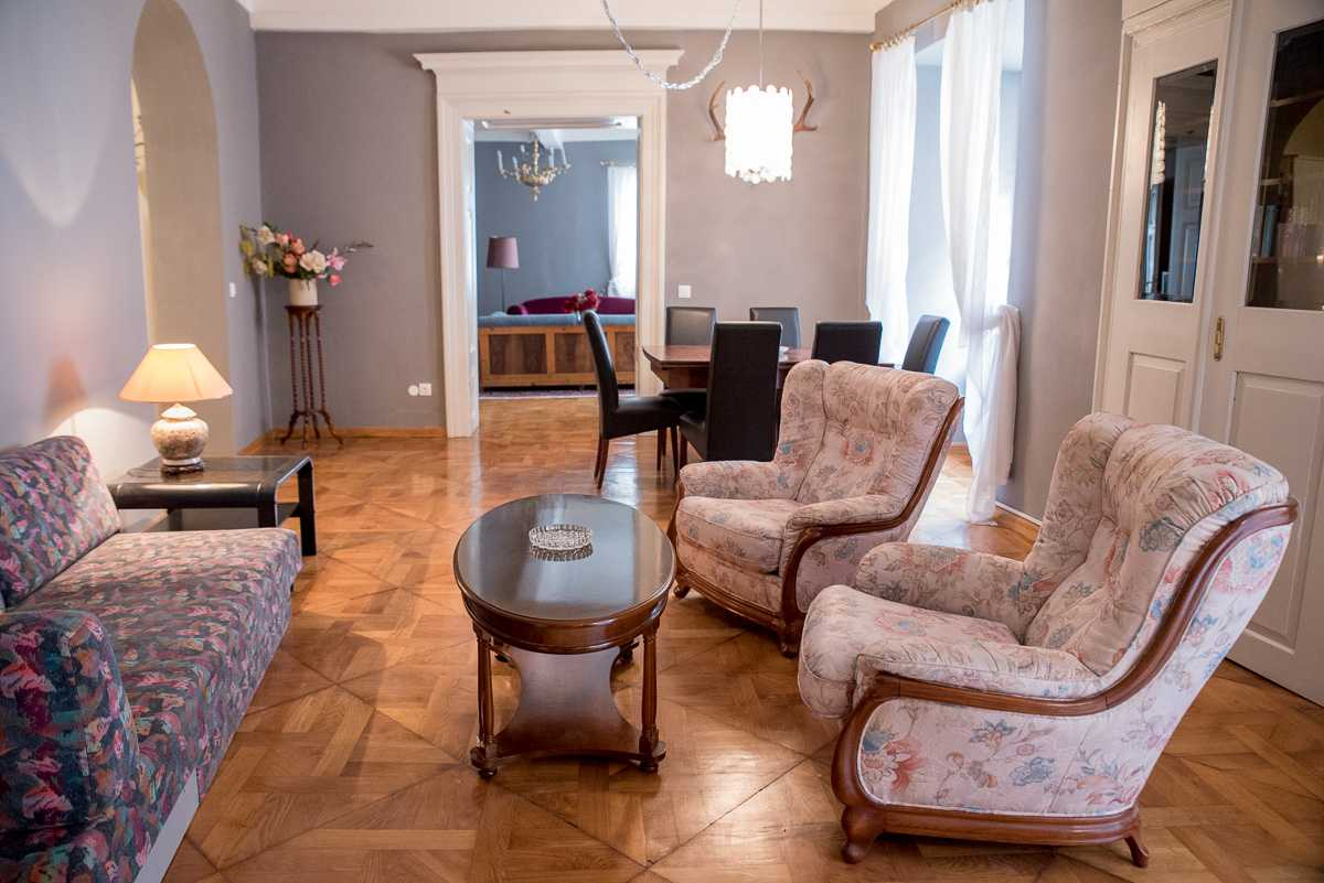 Walk through the apartment with its high ceilings and parquet floors.