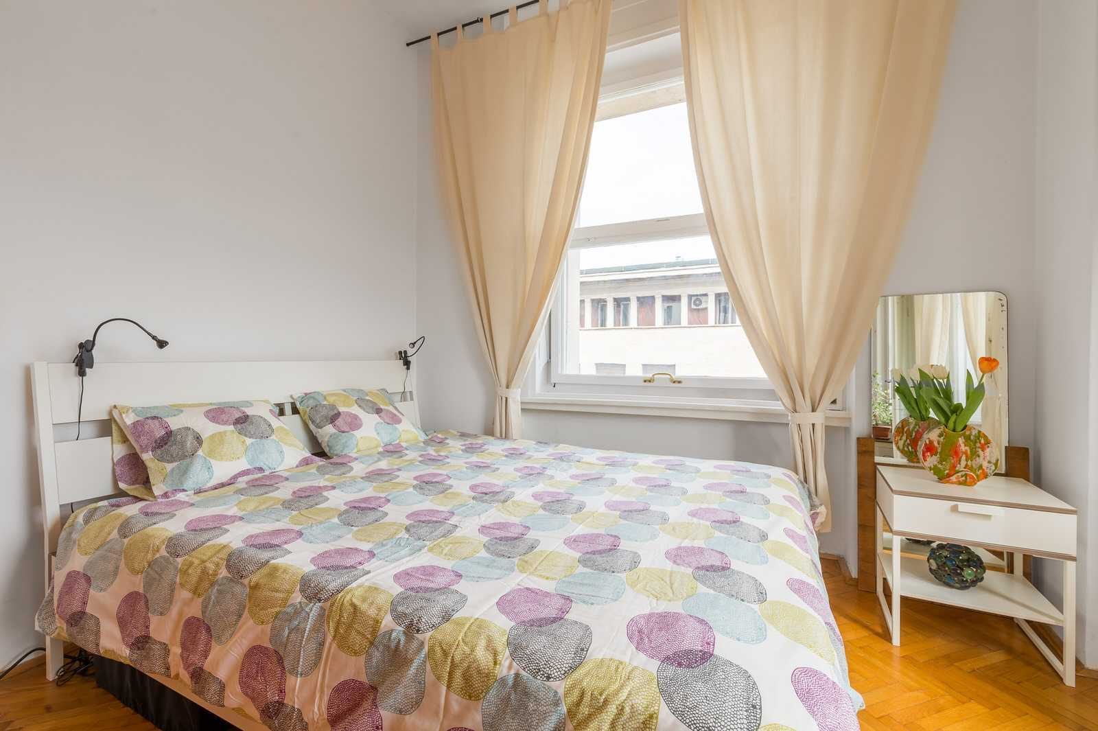 The apartment features a queen size bed.