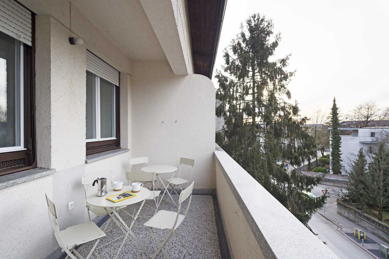 Large balcony overlooking a quiet street towards the Tivoli park and the mountains